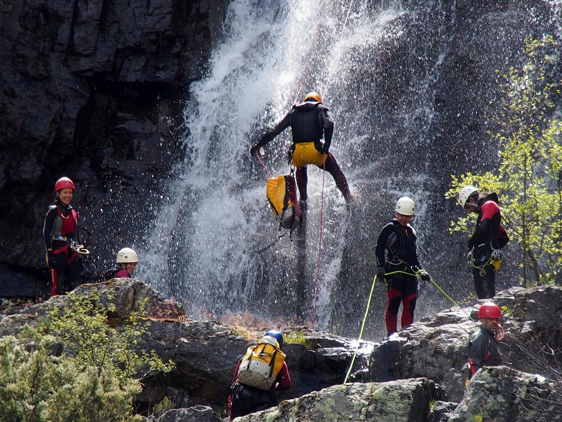 Un grupo descendiendo por una cascada