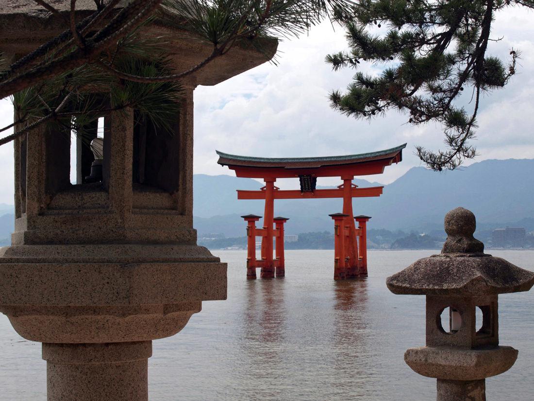 Faroles sobre un lago en Japón