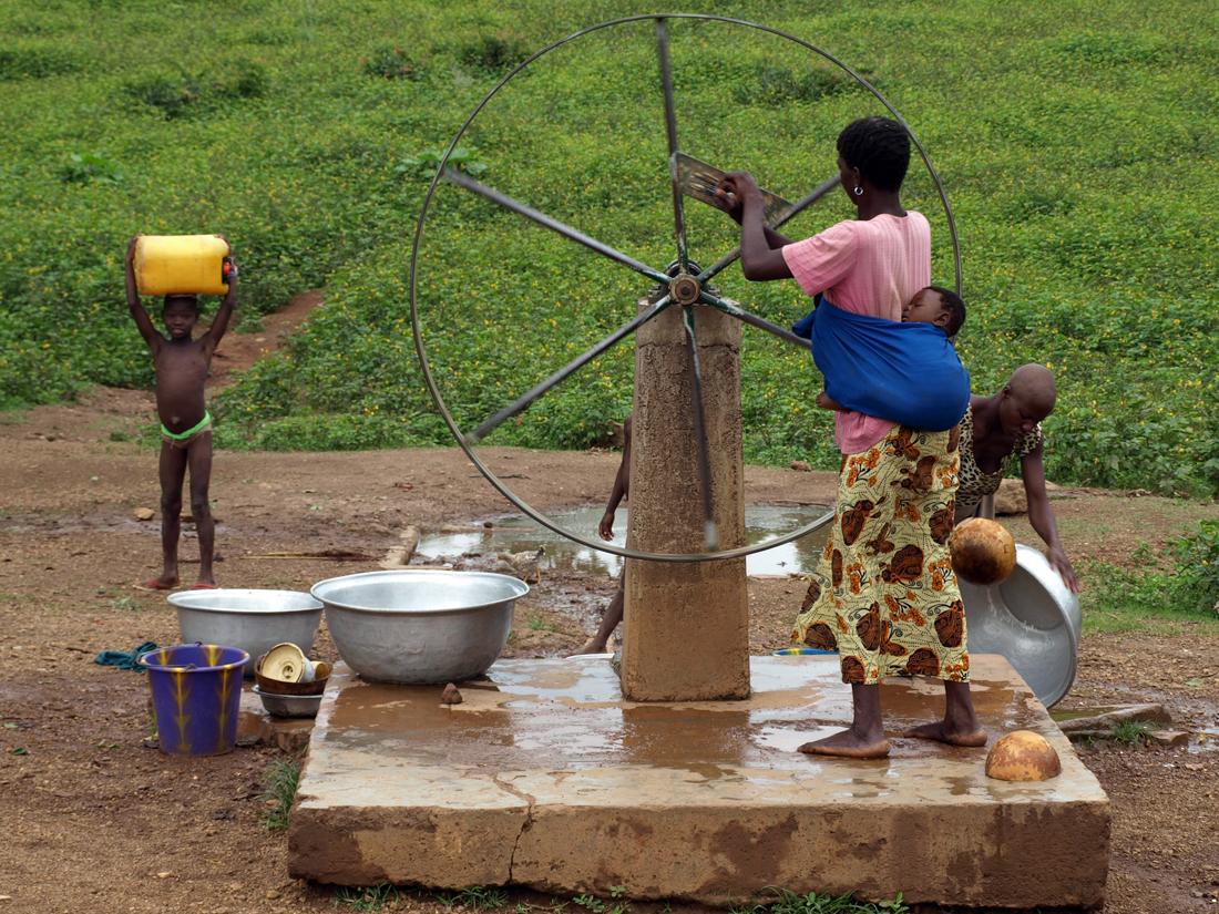 Mujer en Africa, sacando agua de un pozo