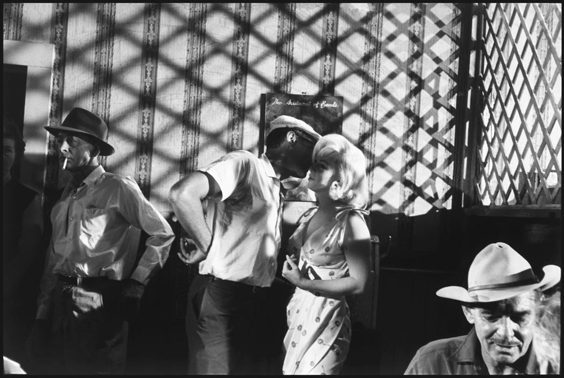 USA. Nevada. FILM : The Misfits. Arthur MILLER gives advice on a shot to US actress Marilyn MONROE, while Clark GABLE talks to John HUSTON (off camera). 1960.